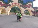 Di hadapan sebuah kuil, ke Hoa Binh